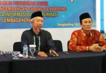 Ketua PWM Jatim Dr Saad Ibrahim, kiri, bersama Nadjib Hamid membuka Raker Bersama di Sengkaling. (Ernam/PWMU.CO)
