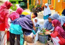 Guru dan murid Madtsamuda kompak dan semangat mempersiapkan komponen Sekolah Adiwiyata. (Fathan Faris Saputro/PWMU.CO)
