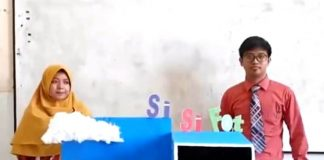 Ustadzah Isti dan Ustadz Iqbal menampilkan media pembelajaran SiSiFot.(Muriyono/PWMU.CO)