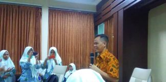 Pemred PWMU.CO Mohammad Nurfatoni menyambut siswa Smamda Sidoarjo yang mengadakan kunjungan jurnalistik. (Erlinda Febriasci/PWMU.CO)