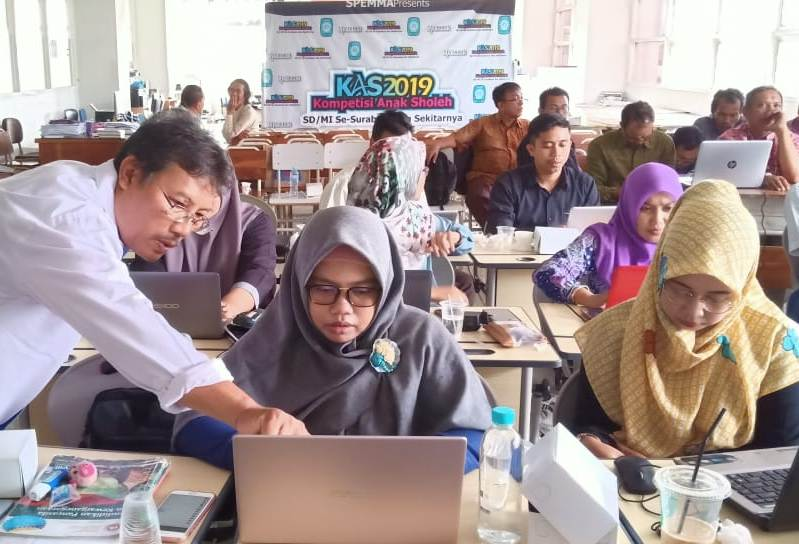 Guru Spemma mengikuti workshop pembelajaran berbasis Android di sekolah. (Alimmatus/PWMU.CO)
