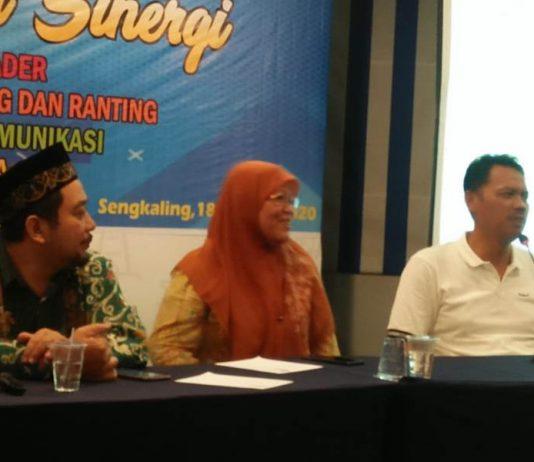 Prof Dr Syamsul Arifin, paling kanan, ketika menyampaikan laporan di Raker Bersama di Sengkaling. Dia bercerita jadi orang Muhammadiyah itu gampang.(Ernam/PWMU.CO)