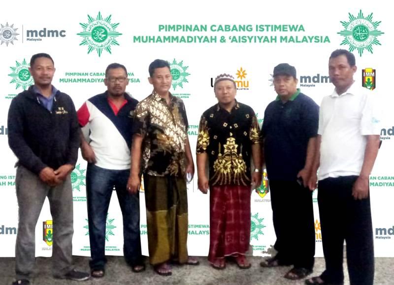 Khoiruddin, ketiga dari kiri, bersama panitia lainnya saat persiapan Tabligh Akbar PCIM Malaysia (Istimewa/PWMU.CO)