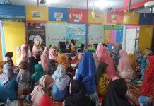 Pelaksanaan tahfidh Alquran ibu dan anak di KB -TK Aisyiyah Dupak. Ada yang gemetar dan menangis. (Muhaimin/PWMU.CO)