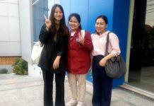 Dari kiri Nut, Gift, dan Lady. Tiga mahasiswi Thailand yang magang di Smamita Sidoarjo. (Emil/PWMU.CO)