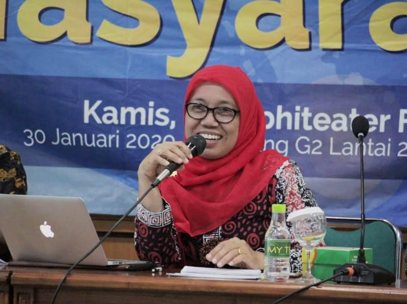 Sekretaris PP Aisyiyah Tri Nur Hastuti bicara perempuan rentan hadapi bencana di PIM UMY. (Humas)