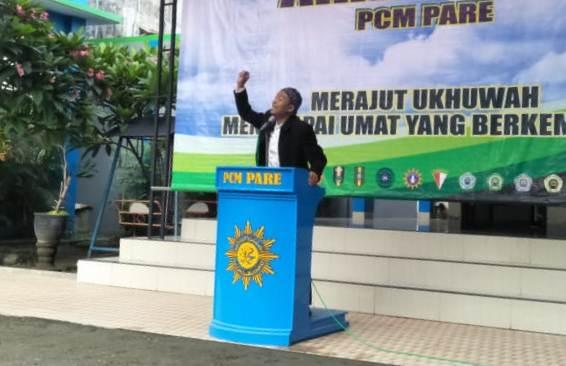 Dr Zain Farhan Shoddiq Lc dalam kajian Ahad pagi PCM Pare Kediri di halaman Klinik Muhammadiyah. (Suparlan/PWMU.CO)
