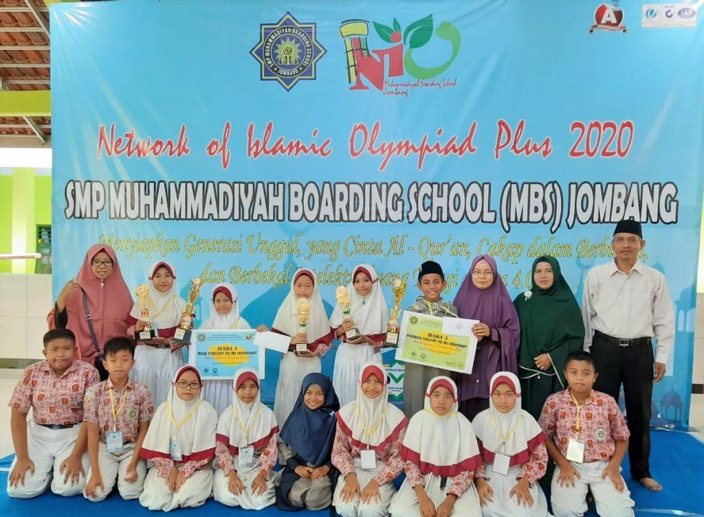 Kontingen SD Muwri berfoto bersama dengan KS MBS Jombang (Rahmad Syayid/PWMU.CO)