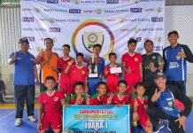 Tim SDM 3 Gresik juara I turnamen futsal di Biggest Event Hamas School. (Nurkhan/PWMU.CO)