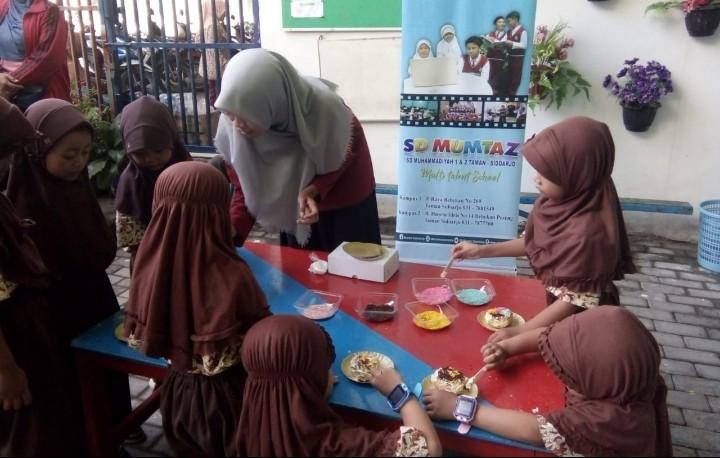 Donat warna-warni ala Fun Learning Cooking Class. Kegiatan safari Fun Learning merupakan program kegiatan SD Mumtaz di semester 2 tahun pelajaran 2019/2020.