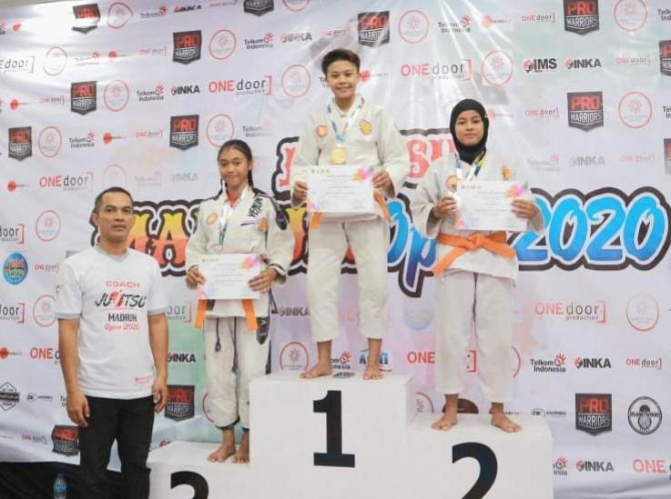 Srikandi Jujitsu Spemaju Cerme kembali meraih juara. Kali ini, Fara Nur Sabila, siswa kelas IX, berhasil merebut medali perak dalam Jujitsu Madiun Open 2020, Jumat-Ahad (7-9/2/20) di Suncity Mall, Madiun.