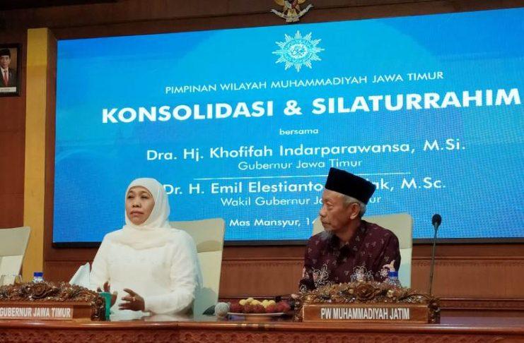 Gubernur Jawa Timur Khofifah bersama Ketua PWM Saad Ibrahim bahas proyek infrastruktur di Jatim dalam acara silaturahim di Gedung Mas Mansur. (Fajar Arifianto/PWMU.CO)