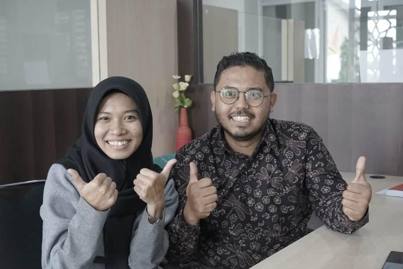 Hanna Nur Afifah Yogar dan Puthut Ardianto menampilkan isu lingkungan dalam drama musikal Darmawulan dan Minakjinggo. (Affan/PWMU.CO)