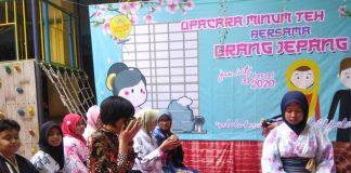 Upacara minum teh ala Jepang digelar Sekolah Kreatif SD Muhammadiyah 16 Surabaya dengan mendatangkan langsung warga Jepang.