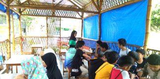 Siswa Spemdalas belajar cas-cis-cus bahasa Inggris di Cafe Teng-We sambil menikmati minuman dan makanan. English Camp V jadi berkesan.Suasana pembelajaran bahasa Inggris di Cafe Teng-We Pare Kediri (Emi Dwi/PWMU.CO)