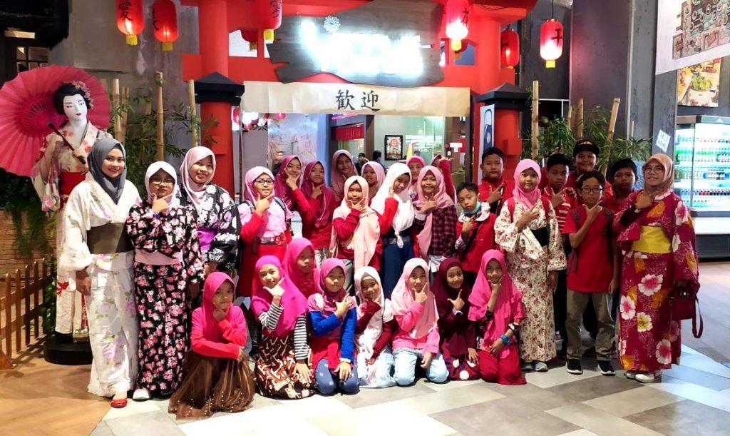 IMG-20200218-WA00Siswa Berlian School Outing Class ke Litle Tokyo di Wagokoro Cafe, Pakuwon Mall Surabaya, Sabtu (15/2/20). Diikuti 26 siswa Ekstrakurikuler Bahasa Jepang.11_EDIT_1