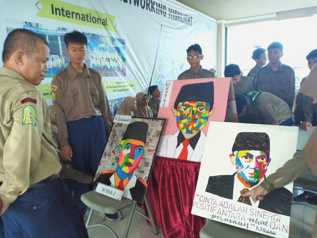 "Siswa Smamio gelar pameran seni peduli lingkungan dengan mengusung tema ""Smamio Recycled Art Exhibition"" Jumat (14/2/20)."