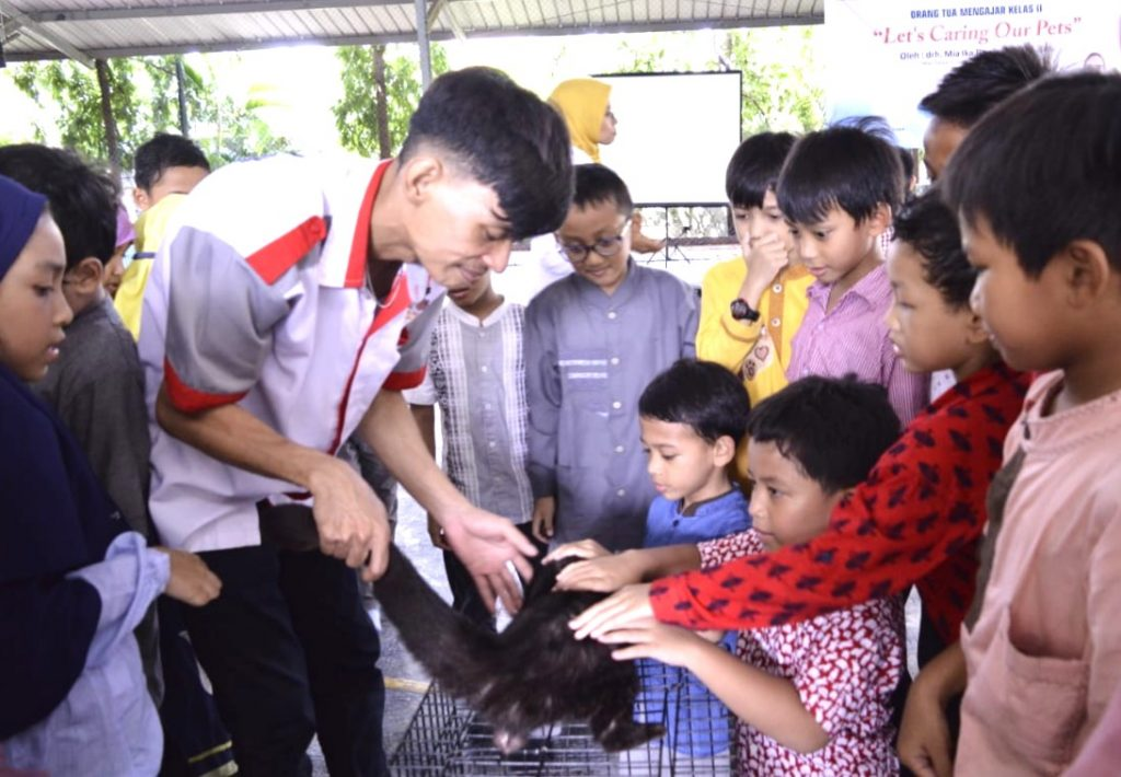 Cara merawat hewan peliharaan. Ini tips dokter hewan Mia Ika Dewisavitry yang menyampaikan sebagai guru tamu SD Mugeb Gresik.