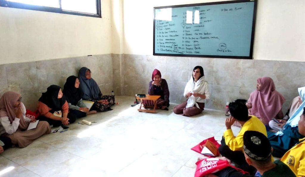 English Camp seru Smamio bersama mahasiswa asal Afghanistan ini berlangsung di Kampung Inggris, Pare, Kediri. Slaian mini talk show ada game English.