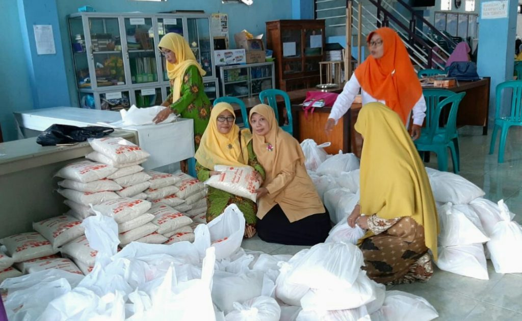 Aisyiyah GKB Gresik santuni lansia Dukun. Kegiatan ini berlangsung di Desa Padang Bandung, Kecamatan Dukun, Kabupaten Gresik, Sabtu (8/2/20).