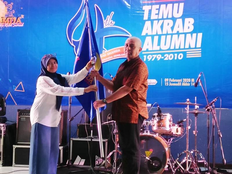 Kepala Smamda sidoarjo Wigatiningsih mengukuhkan Ketua Alumni Ahmad Riyadh Umar Balhmar. (Ernam/PWMU.CO)