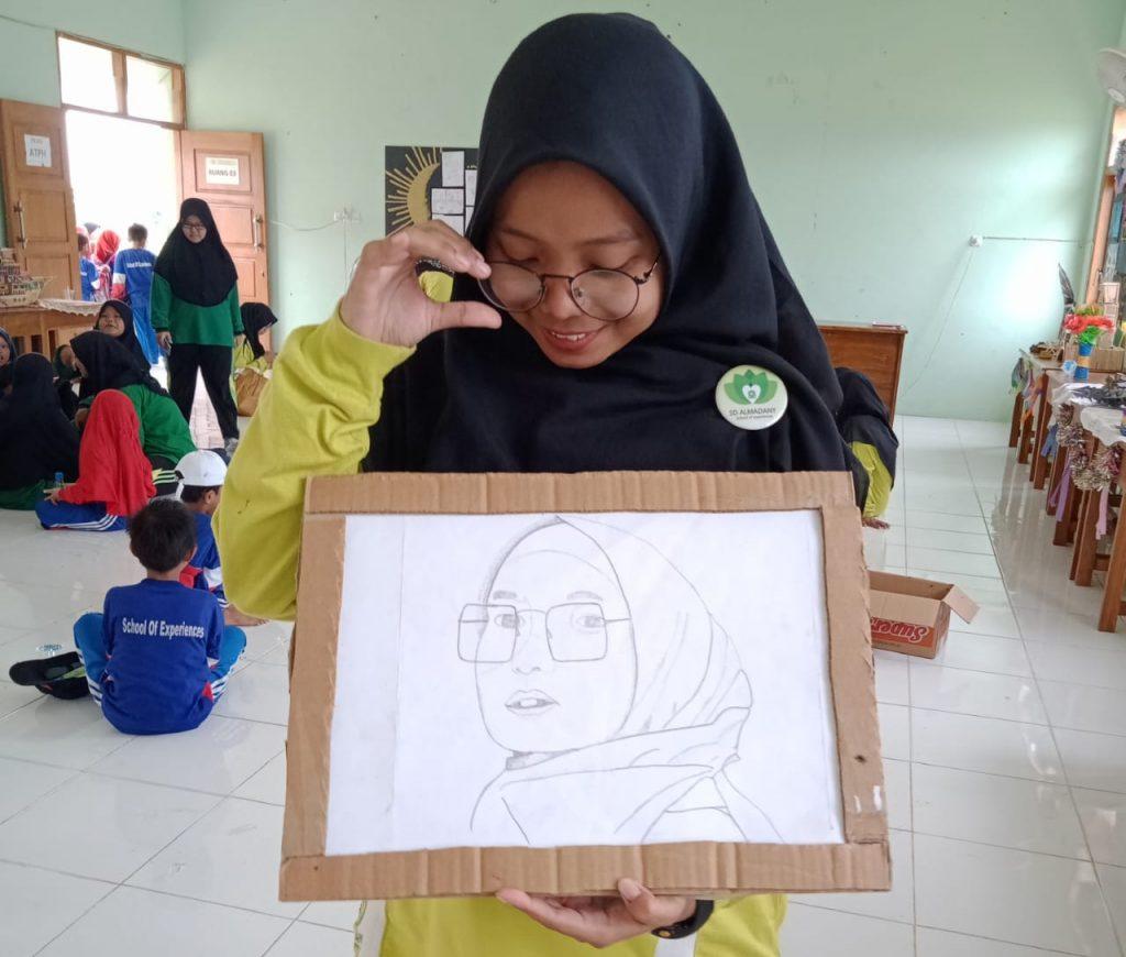 Guru SD Almadany terkejut melihat lukisan mirip dirinya terpajang di pameran.