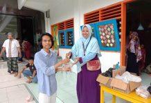 Ikwam TK Aisyiyah 49 Surabaya membagik nasi bungkus di Jumat Berkah. (Hamzah/PWMU.CO)