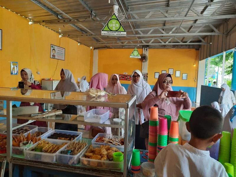 Kantin SD Muwri mendapat kunjungan dari 2 sekolah Muhammadiyah, Rabu (26/2/20). Selain bisa icip-icip, mereka bisa menimbah ilmu.