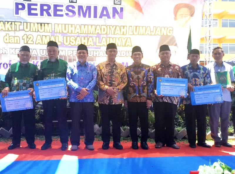 Para kiai dan tokoh penerima kartu sehat dari RSUM Lumajang. (Kuswantoro/PWMU.CO)