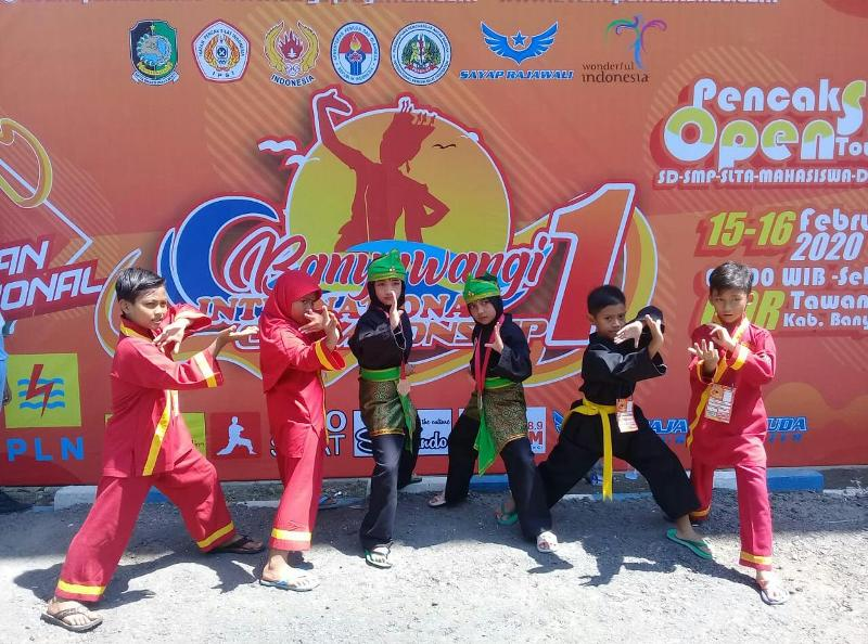 Kejuaraan pencak silat dunia di Banyuwangi pesilat SD Mumtaz merebut lima medali. (Asti/PWMU.CO)