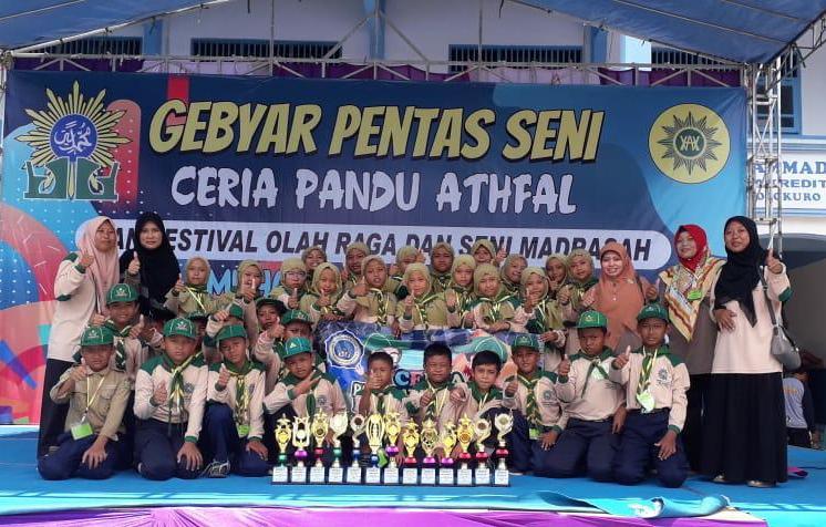 Murid MIM 06 Tebluru memenangkan 14 lomba Fosma dan CPA Solokuro.(Hendra Hari Wahyudi/PWMU.CO)