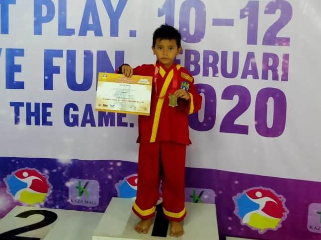 Pesilat MI Muhammadiyah 28 Rizqy Nurfauzan dan Fikri Azfaul Raohman merebut medali emas dalam kompetisi silat Tapak Suci Sparta. (Chalisah/PWMU.CO)