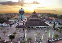 Masjid Agung Demak yang dibangun oleh walisongo.