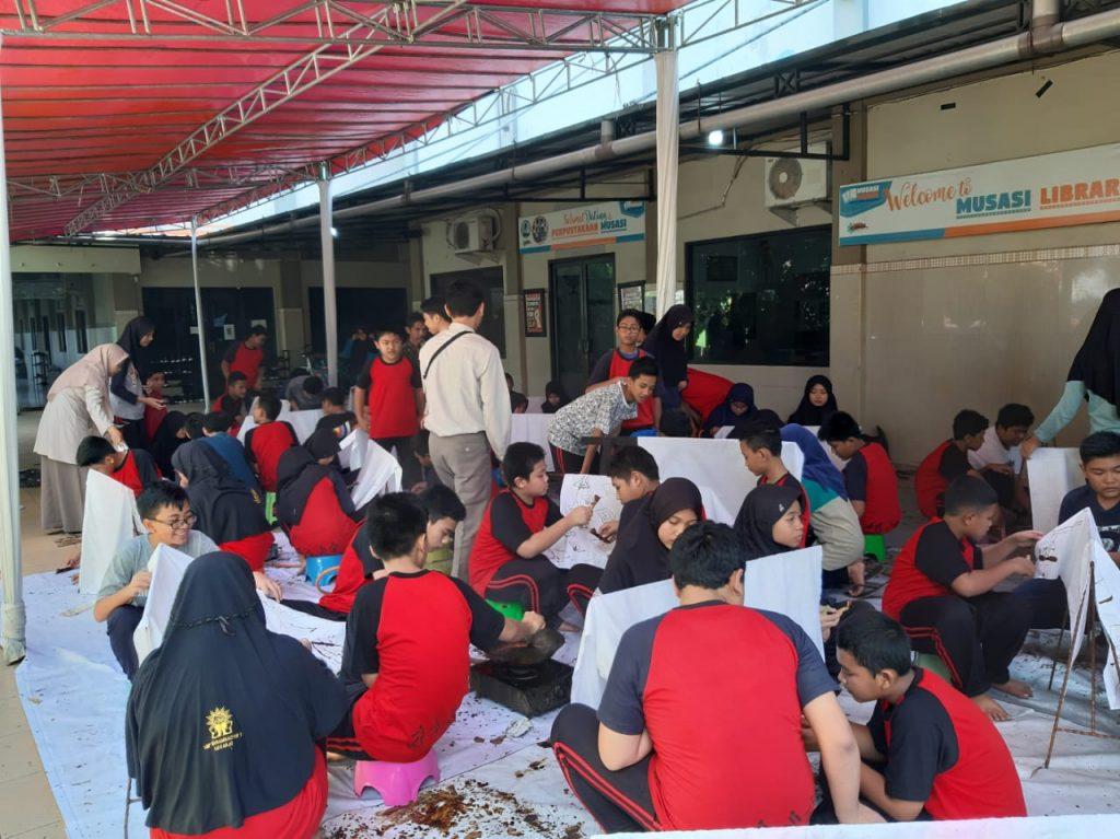 Lestarikan batik, SMP Musasi menggelar Outdoor Learning Activity (OLA), Rabu (12/2/20). Kegiatan ini menghadirkan enam orang dari komunitas Kampung Batik Jetis, Sidoarjo.