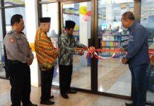 Peresmian minimarket Swalayan Surya di PCM Sooko oleh Sekretaris PDM Ponorogo. (Arif/PWMU.CO)