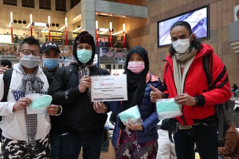 Relawan PCIM Taiwan membagikan masker kepada WNI di berbagai kota. (Tim Media PCIM Taiwan)