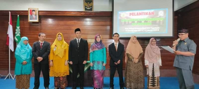 Ketua PDM Kota Yogyakarta Drs H Akhid Widi Rahmantomelantik 8 kepala SD Muhammadiyah di gedung Dakwah. (Affan/PWMU.CO)