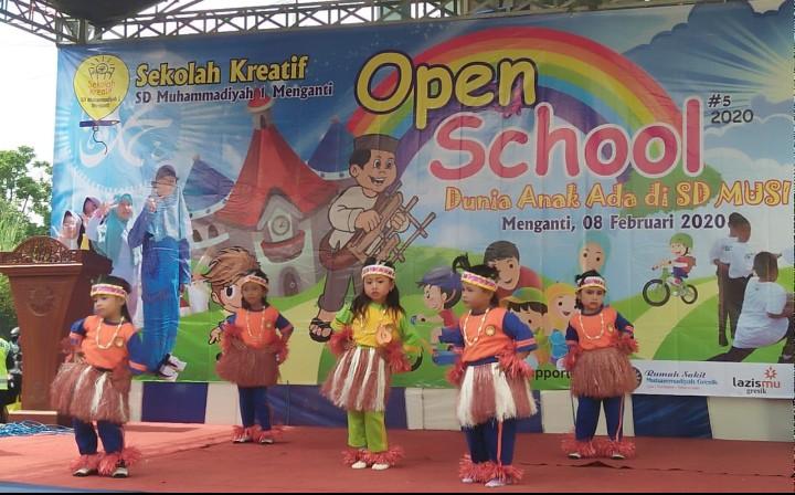 Pakaian adat Papua warnai Open School SD Musi ke-5. Kontingen yang mengenakan pakaian adat Papua itu adalah TK DWP Pengalangan