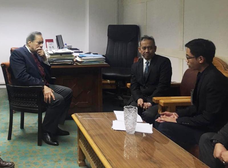 Penasihat Grand Syaikh al-Azhar Dr Abdurrahman Musa menerima kunjungan PCIM Mesir di akntornya. (Mouhan/PWMU.CO)