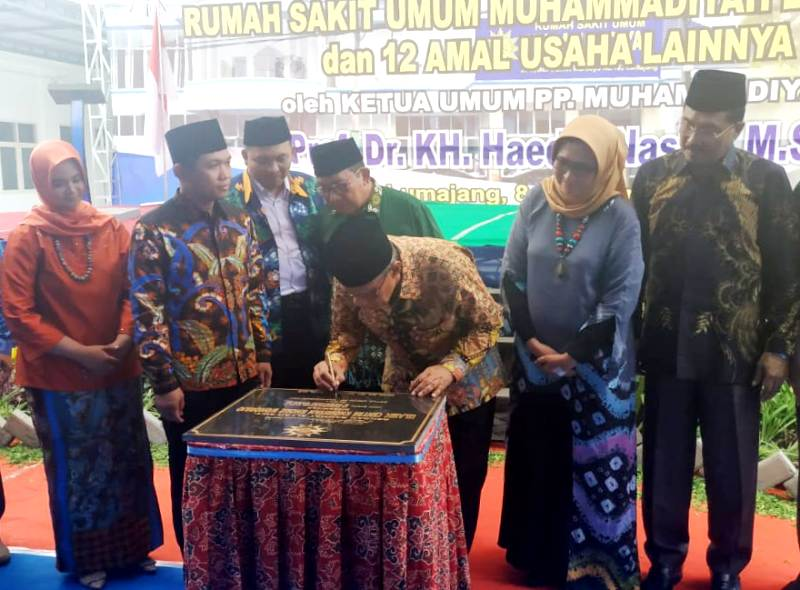 Prof Haedar Nashir meresmikan RSUM Lumajang. (Kuswantoro/PWMU.C