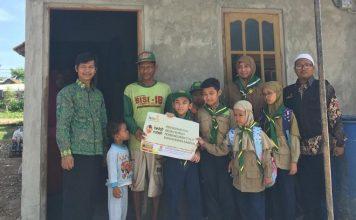 Siswa SD Mugeb baksos pembangunan toilet warga di Desa Lemah Ireng Kecamatan Panceng Gresik, Jumat (14/02/2020). Bersama Lazismu KL GKB mereka berbaksos.