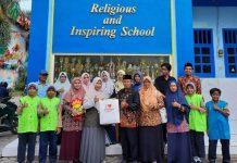 SDM Sakri studi banding pengelolaan kantin dan sekolah sehat ke SD Muwri berfoto bersama kepala sekolah, Majelis Dikdasmen, dan kader Tiwisada (Mufidatul Latifah/PWMU.CO).