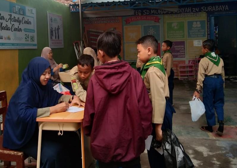 SDM 24 Surabaya menggalakkan wakaf sampah. Kegiatan yang dilakukan tiap hari Jumat ini untuk melatih karakter cinta lingkungan dan cinta Allah SWT.