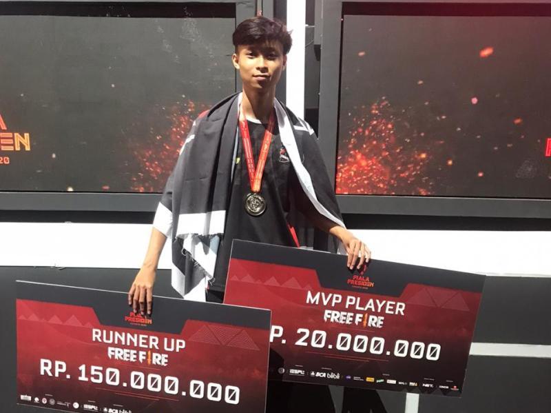 Satria Pandji Andika dan timnya dapat hadian ratusan juta dari kompetisi game online. (dokumentasi)