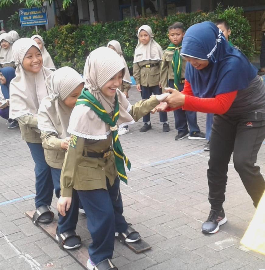 Kurangi Dampak Gadget SDMM kenalkan olahraga tradisional (oltrad) kepada siswa. Kegiatan tersebut menghadirkan guru tamu pegiat oltrad Surabaya, Jumat (14/2/20).