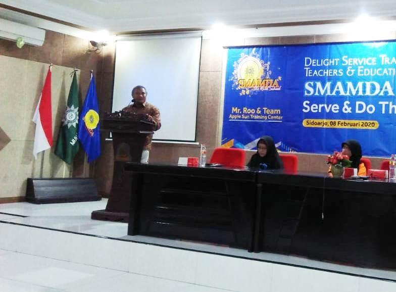Ketua Majelis Dikdasmen Ikhsan memaparkan perilaku kodok dalam pelatihan guru di Smamda Sidoarjo. (Ernam/PWMU.CO)