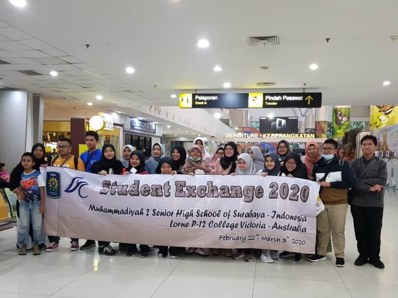 Siswa Smamda Pucang Surabaya berfoto bersama keluarga, kepala sekolah, dan guru di Bandara Juanda sebelum terbang ke Aussie (Mas'ad/PWMU.CO)