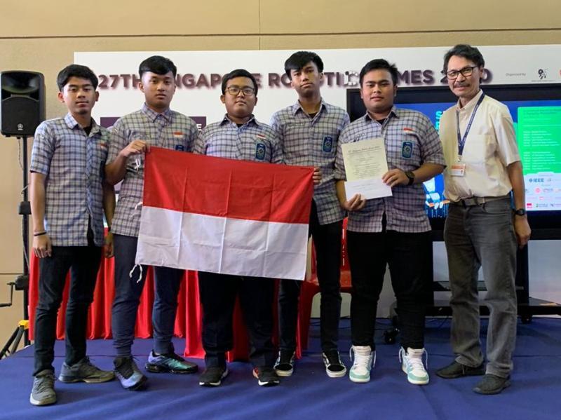 Siswa Smamda surabaya dari kiri Danendra Devauji, M. Ardhana, Ghifari Irtiza, M. Arshelino, Dhimas Alif meraih juara 2 di Singapore Robotic Games 2020 di Nanyang Polytechnic. (Hajar/PWMU.CO)