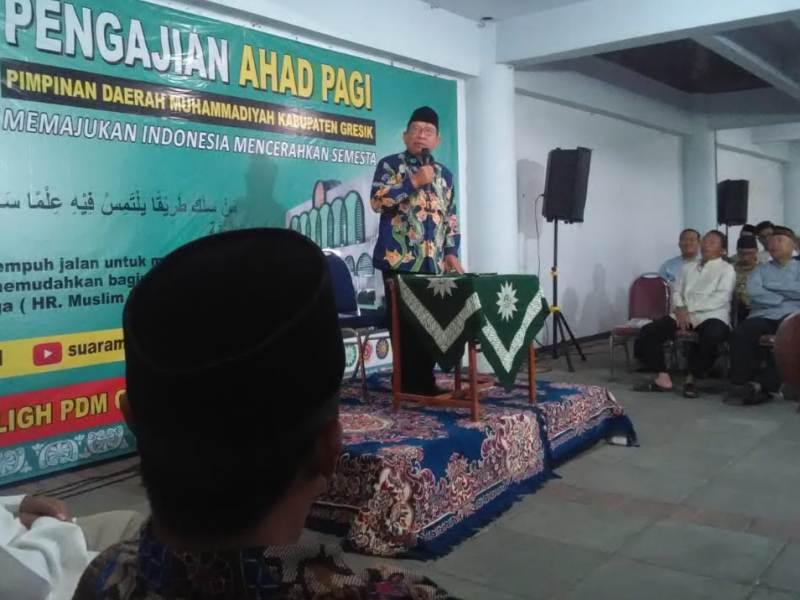 Takwa menjadi bahasan pengajian Ahad Pagi PDM Gresik dengan pembicara Ketua PDM Lumajang Suharyo AP. (Mahfudz/PWMU.CO)