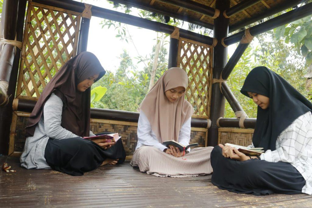 Tahfidh Camp Smamio dilaksanakan di Pesantren Alam Bumi al-Quran, Wonosalam, Jombang, Kamis-Sabtu (20-22/2/20). Kegiatan ini diikuti 32 siswa.